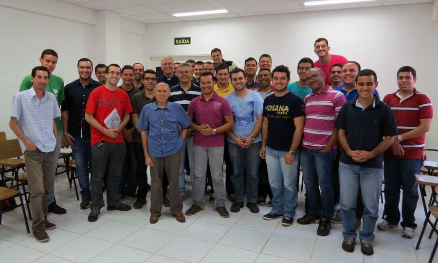Seminaristas de teologia da PUC Campinas visitam a Rede Século 21