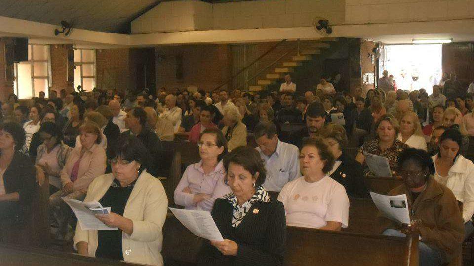 Fiéis lotam igreja de Nossa Senhora de Fátima em São Carlos