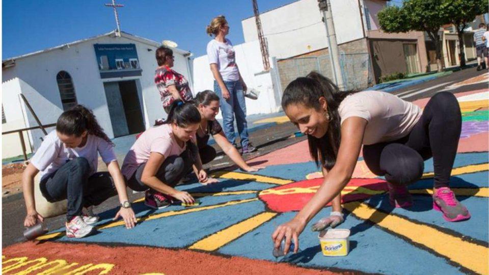 Dezenas de voluntários confeccionaram o tapete de Corpus Christi em Araraquara