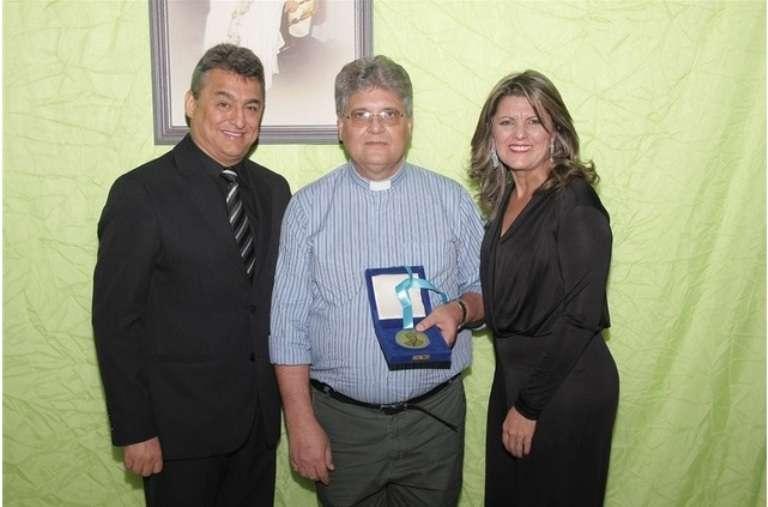 Em Itirapina Padre Dony recebe medalha Monsenhor José Maria