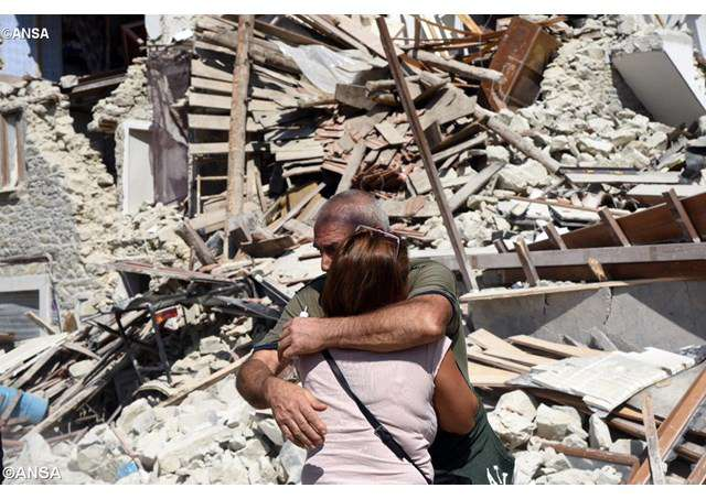 Papa Francisco reza o terço pelas vítimas do terremoto.