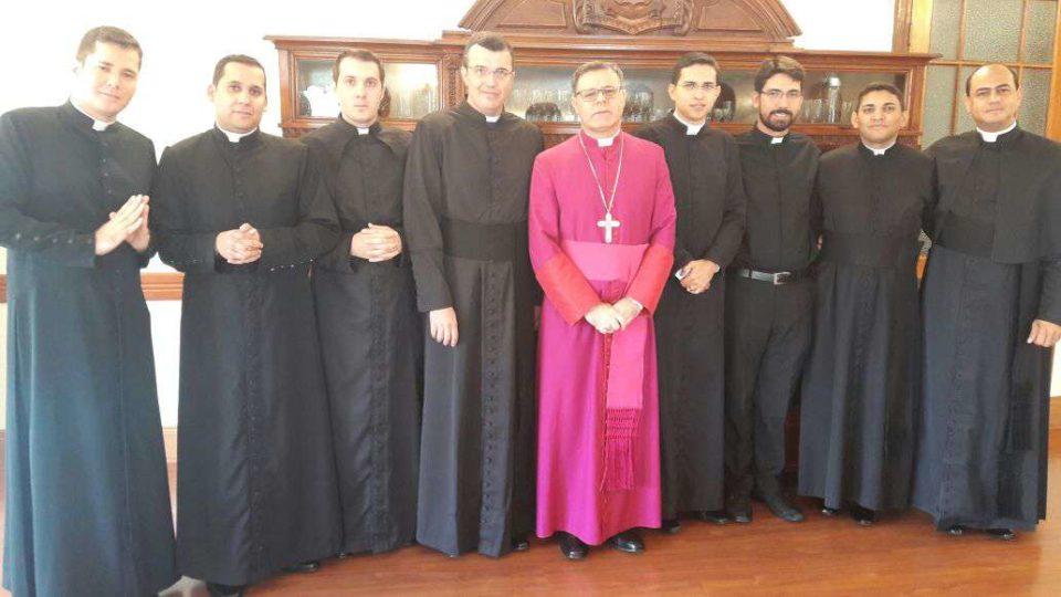 Diáconos Transitórios se encontram com bispo antes da Ordenação Presbiteral