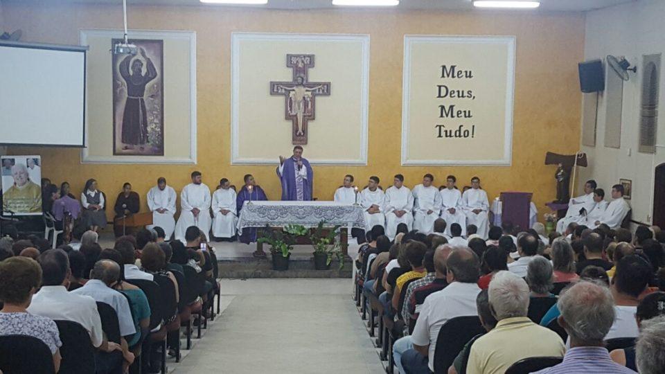 FIÉIS REZAM PELO 7º DIA DE FALECIMENTO DO MONSENHOR LUIZ CECHINATO