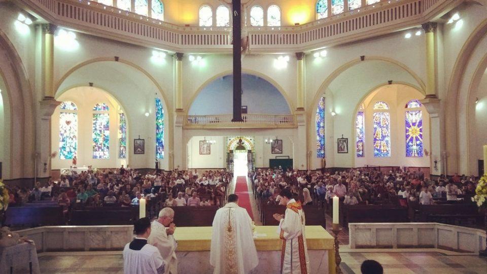 Dom Paulo Cezar Celebra o Domingo de Páscoa na Catedral de São Carlos Borromeu