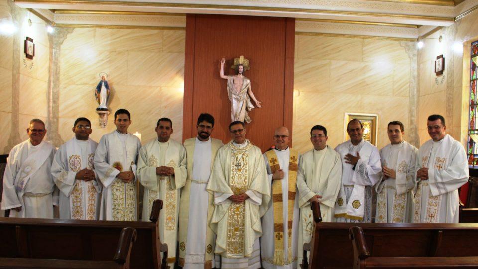 Bispo preside com novos padres