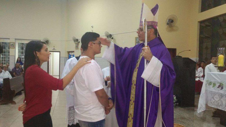 Bispo celebra Sacramento da Crisma na cidade de Jaú