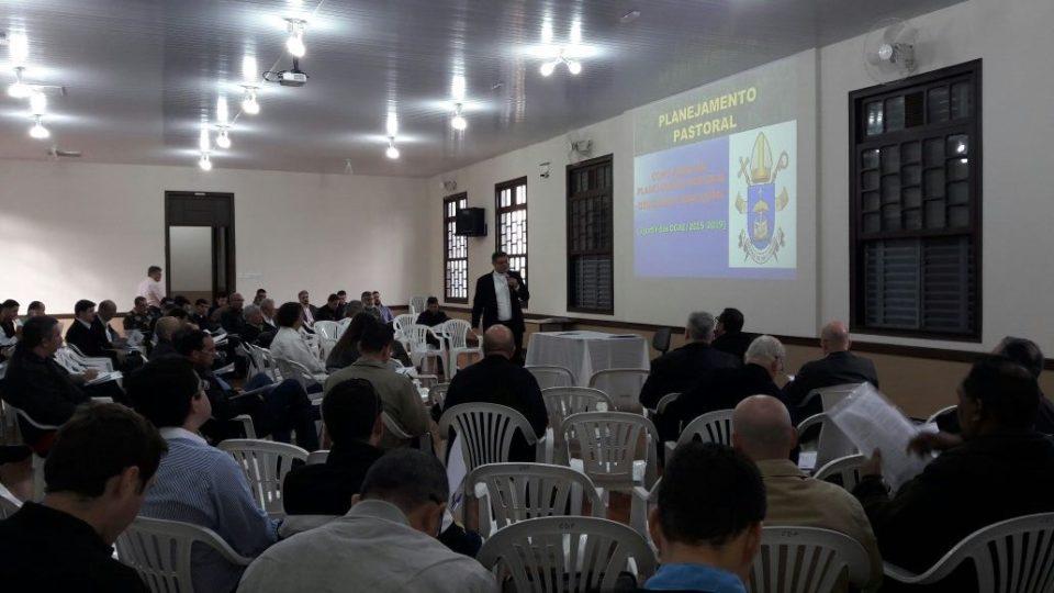 Clero da Diocese se reúne para discutir Plano Pastoral