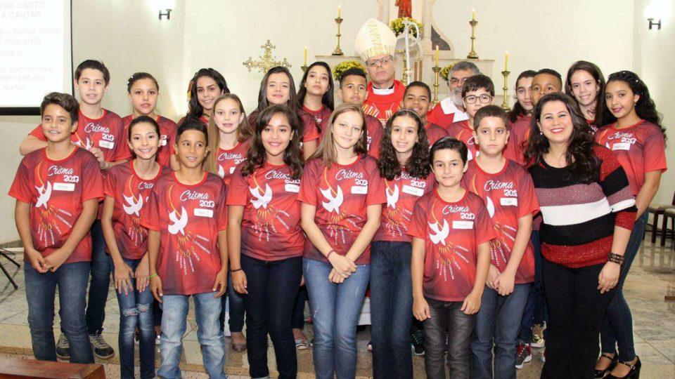 Sacramento do Crisma é presidido por Dom Paulo em Santa Lúcia