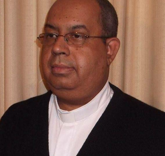 Padre Edilson Medeiros de Barros da Diocese de Valença  , cumprimenta Dom Paulo Cezar