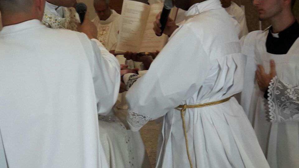 Dom Paulo Cezar ordena Flávio Francisco da Silva como Diácono Transitório