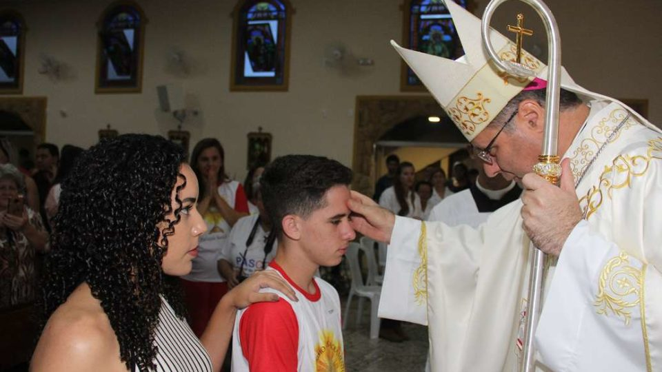 Dom Paulo Cezar preside Sacramento da Crisma na Paróquia de Santa Luzia em São Carlos