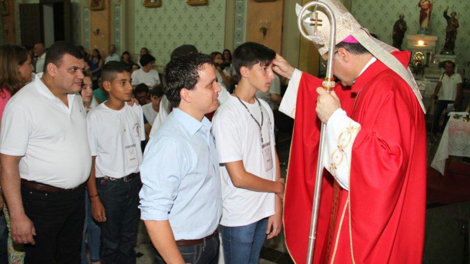 Na cidade de Dourado 60 jovens são crismados pelas mãos de Dom Paulo Cezar
