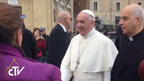 Papa visita hospital de campanha montado em frente ao Vaticano