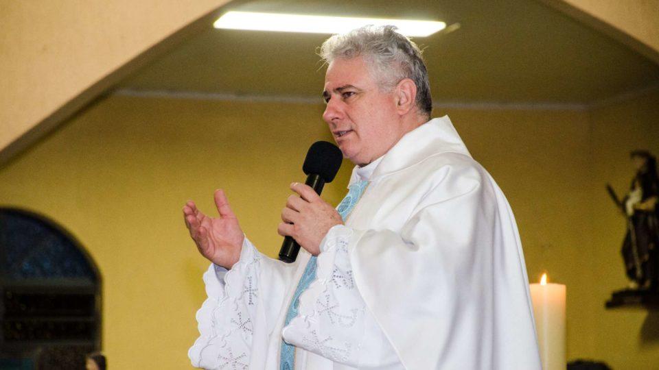 Padre Marcos Ghidelli felicita  Dom Paulo por ocasião de seu Jubileu