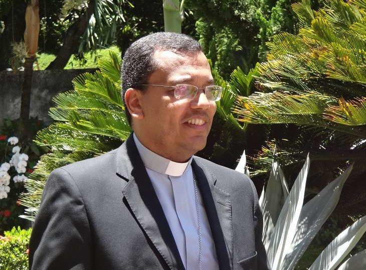Dom Gilson Andrade da Silva cumprimenta Dom Paulo Cezar pelos 25 anos de ministério sacerdotal