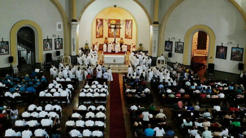 Fiéis lotam Catedral em comemoração aos 25 anos de Ordenação Presbiteral de Dom Paulo