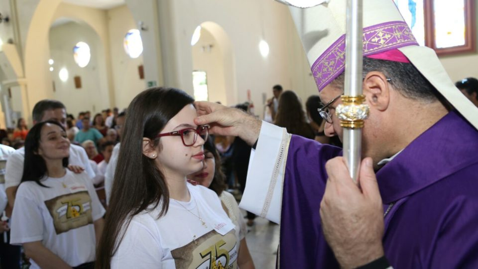 Na Paróquia de Santo Antônio em São Carlos 63 pessoas recebem o Sacramento da Crisma