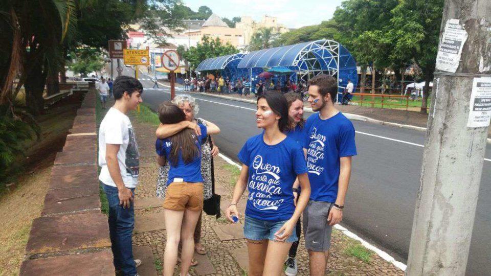 """Jovens da Legião de Maria levaram campanha """"Abraço Grátis"""" para as ruas de São Carlos"""