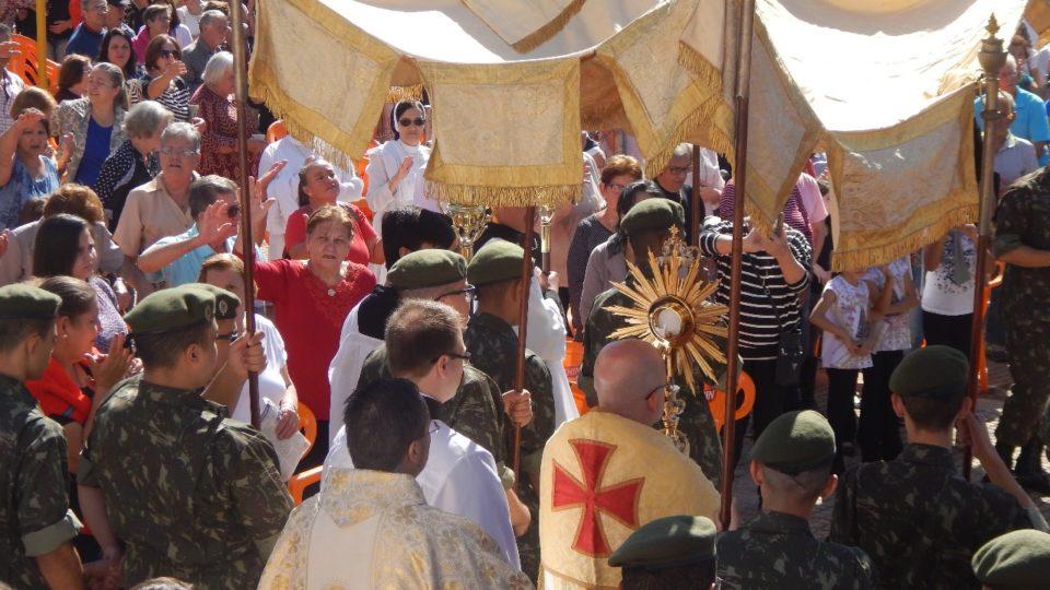 Católicos participam da Solenidades de Corpus Christi em jaú