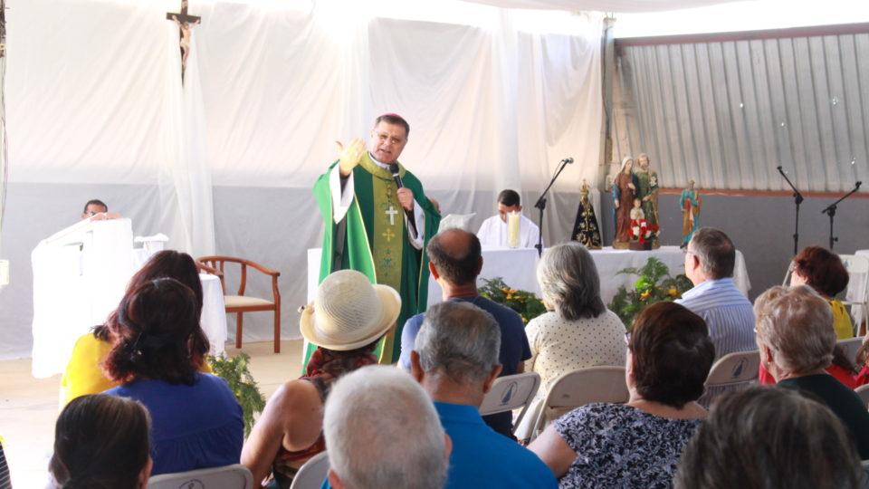 Comunidade São Pedro em Dois Córregos recebe visita do Bispo Diocesano