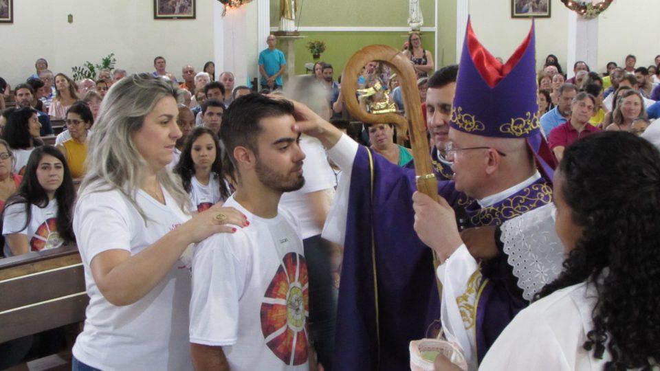 Dom Eduardo Malaspina Bispo Auxiliar Diocesano celebrou o Sacramento da Crisma na Paróquia Nossa Senhora Aparecida, em Araraquara