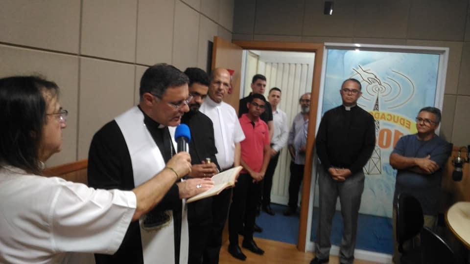 Bispo Diocesano abençoa novas instalações da Rádio Educadora 104,9 FM