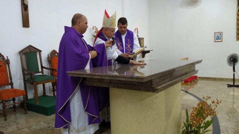 Dom Eduardo Malaspina celebra rito de consagração do altar da Comunidade Imaculada Conceição