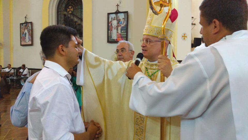Bispo Auxiliar crisma jovens na Catedral de São Carlos