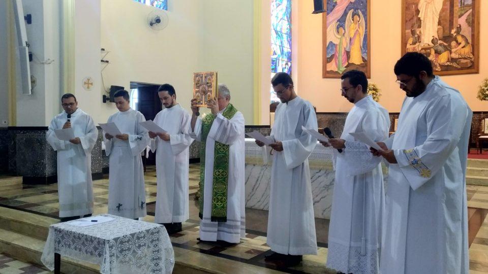 Candidatos ao diaconato realizam juramento de fidelidade e a profissão de fé