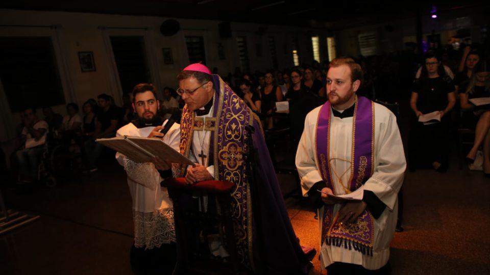 Dom Paulo Cezar participa de Via-Sacra com os jovens
