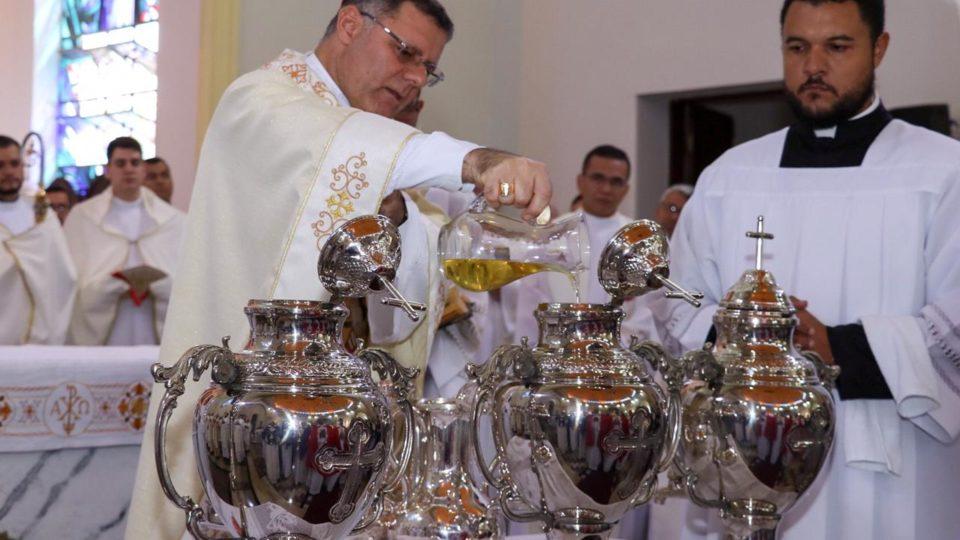 Dom Paulo Cezar preside Missa dos Santos Óleos na Catedral