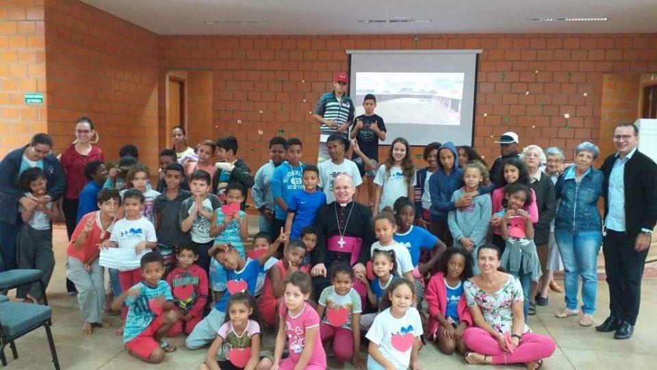Dom Eduardo Malaspina visita Centro de Convivência da Criança e do Adolescente