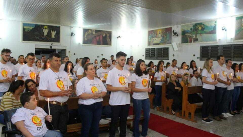 Jovens recebem o Sacramento da Crisma na Paróquia Divino Espírito Santo