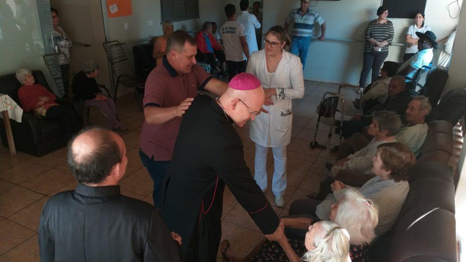 Visita Pastoral: Dom Eduardo é recebido no Lar de idosos São Sebastião