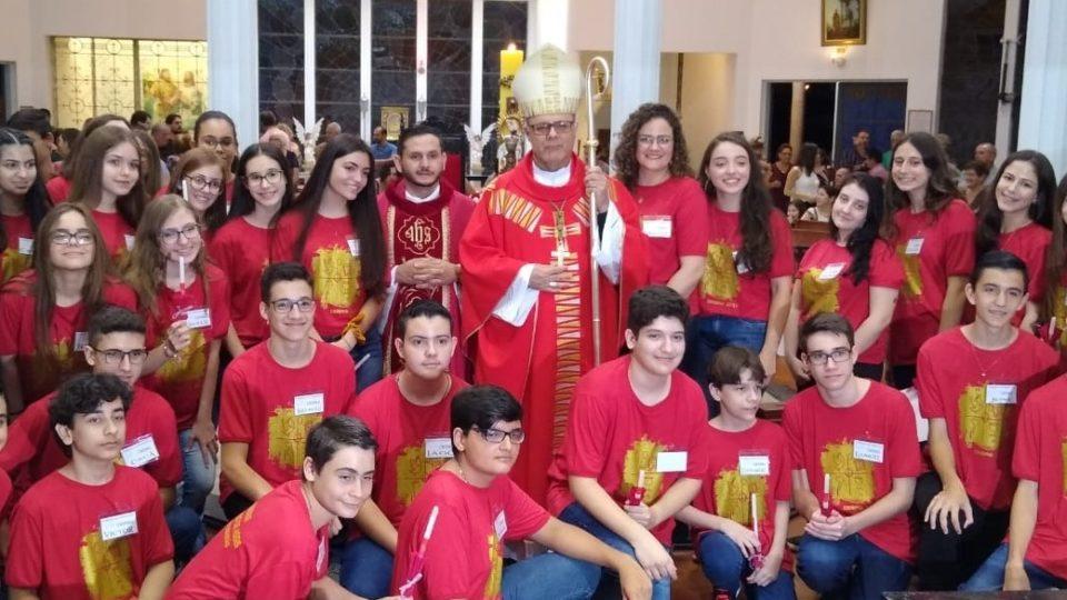 JOVENS RECEBEM O SACRAMENTO DA CRISMA NA PARÓQUIA DE SÃO SEBASTIÃO EM JAÚ