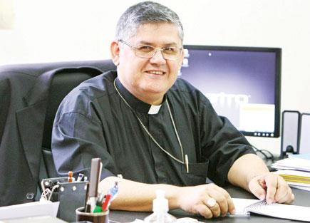 Dom Paulo Francisco Machado cumprimenta Dom Paulo Cezar
