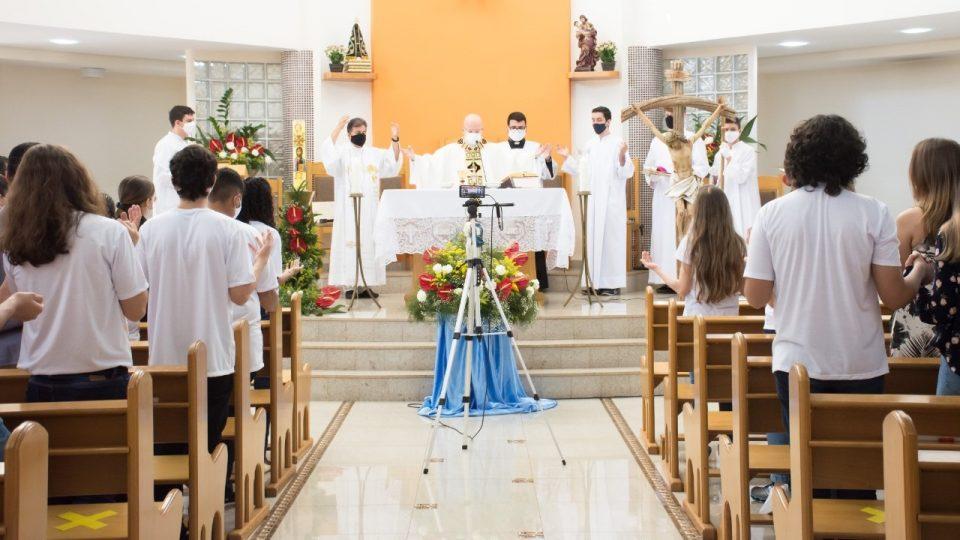 Dom Eduardo Malaspina preside Sacramento do Crisma na Paróquia Santo Expedito em Matão