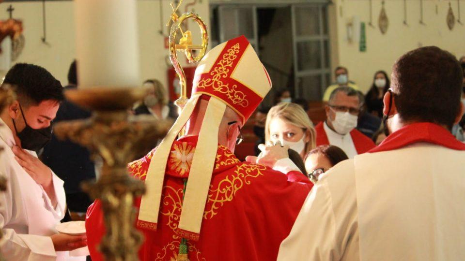 Dom Eduardo Malaspina preside Sacramento da Crisma na Paróquia Santo Antônio