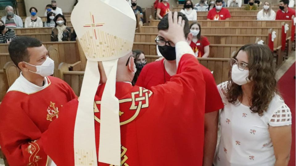 Jovens recebem Sacramento da Crisma na Paróquia São José em Araraquara