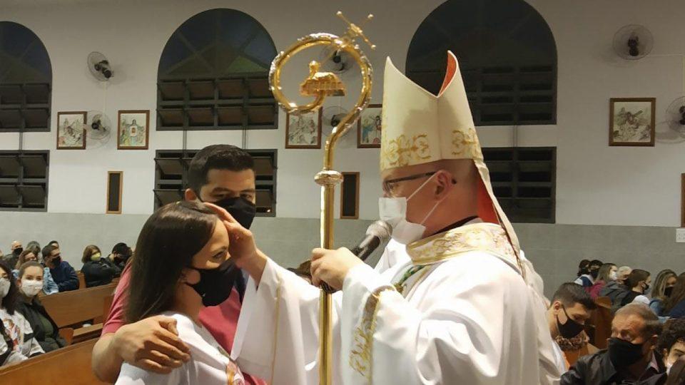 Jovens recebem Sacramento da Crisma na Paróquia São João Batista